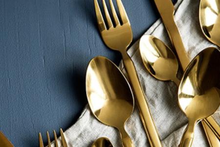 Des couverts dorés pour une jolie table
